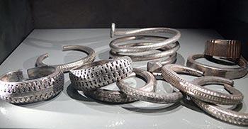 Skattsökning i Sverige Silver armband och ringar